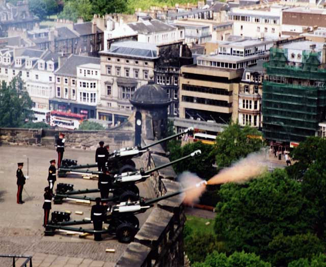 http://edinphoto.org.uk/0_B/0_buildings_-_edinburgh_castle_-_21_gun_salute_2bf23.jpg