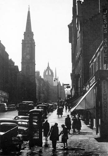 The High Street, Edinburgh  -  Looking past the Tron Kirk and St Giles Cathedral towards Edinburgh Castle